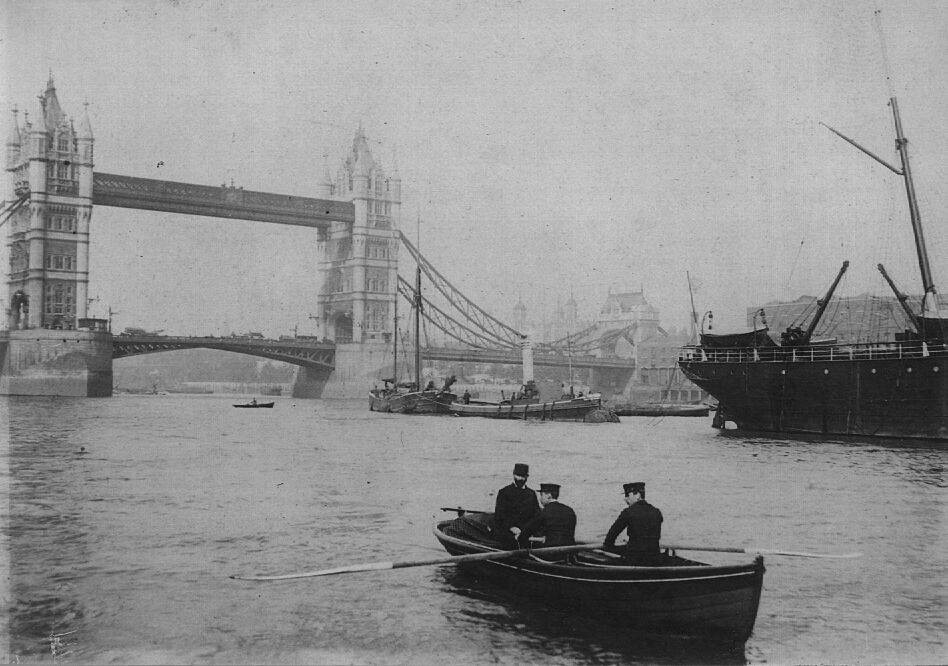 Thames Division of the London Metropolitan Police Force on duty near Tower Bridge. Source: http://www.thamespolicemuseum.org.uk/gallery.html