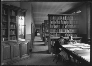The original library in the Fielding Johnson Building, c.1932. Ref: ULA/FG12/66